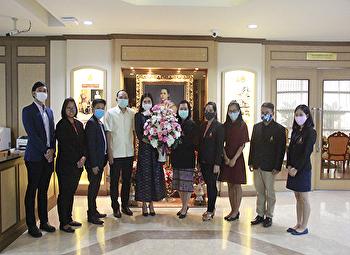 สถาบันวิจัยและพัฒนาเข้ามอบช่อดอกไม้แสดงความยินดีแก่ รองศาสตราจารย์ ดร.ชุติกาญจน์ ศรีวิบูลย์ ในโอกาสที่ได้รับการแต่งตั้งให้ดำรงตำแหน่งอธิการบดีมหาวิทยาลัยราชภัฏสวนสุนันทา